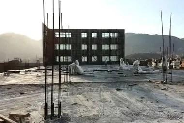 La parte trasera de la fachada de Telesup