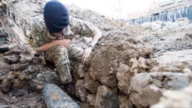 Un soldado examina la bomba hallada en los alrededores de Wembley, una de tantas piezas de artillería de la Segunda Guerra Mundial que, si no se las maneja adecuadamente, pueden resultar muy peligrosas