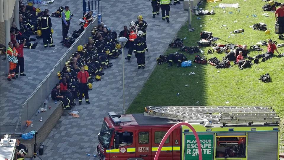 Cientos de bomberos trabajan en el lugar. Foto: AP