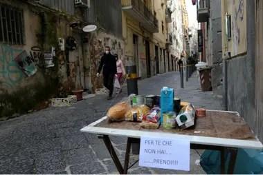 En Napoles, los vecinos dejan alimentos en la calle para aquellos que no tengan para comer; después de 26 días de confinamiento por el coronavirus, la solidaridad y la limosna es fundamental para sostener las medidas de cuidado
