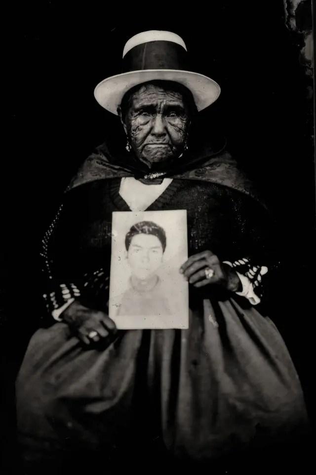 Familiares de desaparecidos en los años 80, una de las fotografías que integran la muestra Cámara afgana en FoLa