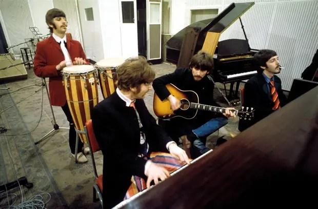Ringo, John, George y Paul en medio de su cruzada psicodélica: la imágen integra el librito de la edición aniversario