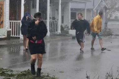 Gente en las calles de Swansboro, el huracán provocó daños en las viviendas