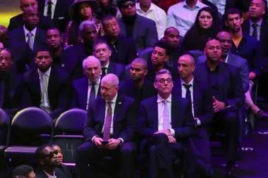 La plana mayor de San Antonio Spurs en el Staples Center: el entrenador Gregg Popovich, Tony Parker, el gerente general R. C. Beauford y Manu Ginóbili.