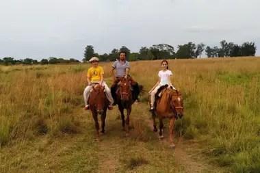 Uno de los disfrutes cotidianos de Pineda: cabalgatas con sus hijos