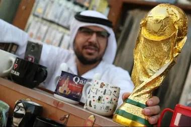 Una réplica de la copa en un local de Doha