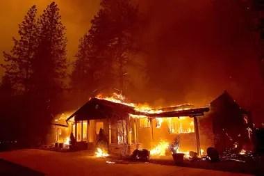 Una casa se quema en Paradise, California.