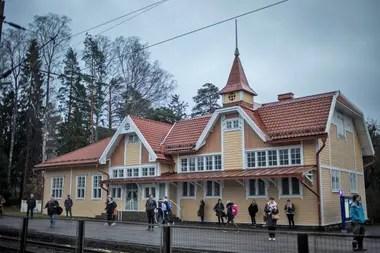 Kauniainen puede presumir de ser el lugar más feliz del planeta, pero incluso aquí, las plazas de aparcamiento en la estación de tren son escasas