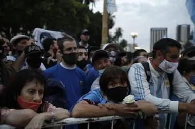 A pocos minutos de las seis de la mañana, la fila ya da vuelta la Plaza de Mayo
