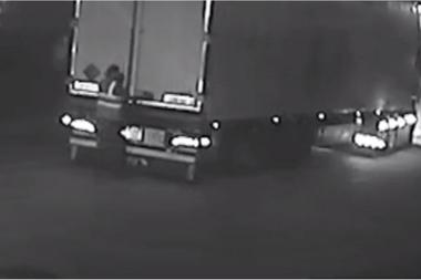 El momento en que Maurice Robinson abre la puerta del camión y descubre los cadáveres en su interior