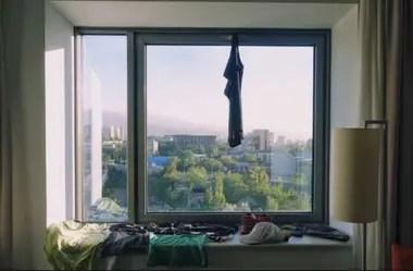 La pareja puso a secar su ropa en un hotel en Kazajistán