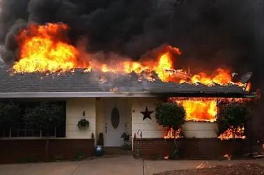 Una casa arde en Paradise, California.