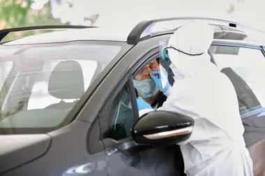 En la estación de testeos, los vehículos ingresan y los conductores y pasajeros deben bajar las ventanillas para la realización del hisopados