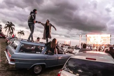 Un Rambler Classic versión Cross Country, que todo lo resiste en el show de Los Tipitos en el Autocine al Rio
