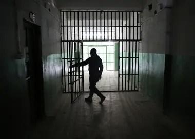 Un guardia abre una puerta dentro de una prisión que contiene prisioneros extranjeros, sospechosos de ser parte de Estado Islámico, en Hasaka