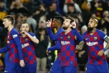 Messi celebra el gol del triunfo de Barcelona, que vive días tormentosos como la mayoría de los clubes