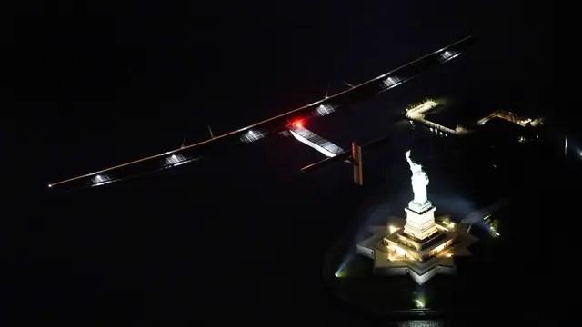 El avión solar Impulse II volando sobre New York y la Estatua de la Libertad el 20 de Junio antes de embarcarse en el viaje transatlántico. Foto: AFP / Jean Revillard/ Rezo
