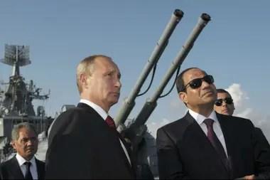 El presidente de Rusia, Vladimir Putin, su homólogo egipcio Abdel Fattah al-Sisi y el ministro de Defensa de Rusia, Sergei Shoigu, asisten a una ceremonia de bienvenida a bordo del crucero de misiles guiados Moskva en el puerto de Sochi en el Mar Negro, el 12 de agosto de 2014