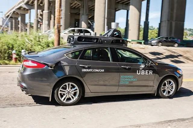 Un modelo piloto de un vehículo de conducción autónoma de Uber en las calles de Pittsburgh en septiembre de 2016.