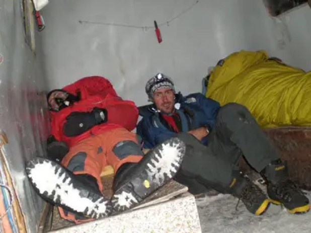 Los galenos del Aconcagua, con Ignacio Rogé a la cabeza, realizan la difícil tarea de asistir a los andinistas, a más de 5.400 metros de altura.