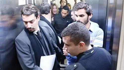 El abogado Sergio Curzi y su entonces defendido Santiago Silvoso aguardan el cierre de la puerta del ascensor ante los gritos de Adriana Aruj