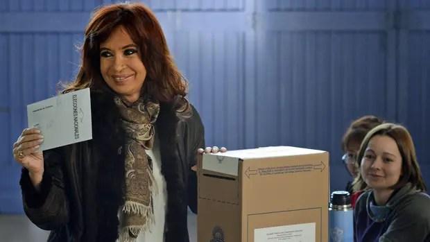 Cristina Kirchner, al emitir su voto en 2015