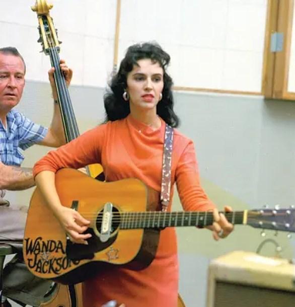 """La guitarra acústica Martin de Wanda Jackson en Capitol Records está en la muestra. """"Representa la primera era de instrumentación del rock and roll"""", dice Inciardi"""