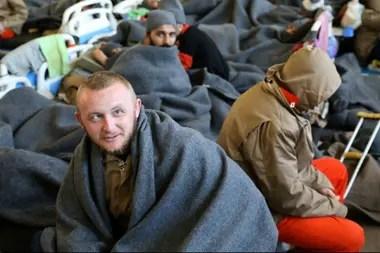 Los presos yacen dentro del hospital de la prisión en Hasaka