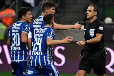 Jugadores de Godoy Cruz discuten con el arbitro uruguayo Esteban Ostojich