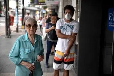 Ilda Melengo de 83 anos espera para cobrar la jubilacion, su ahijada Mariana la ayuda