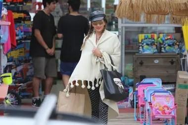 Karina Jelinek hizo frente al mal tiempo en la costa uruguaya con una jornada de compras