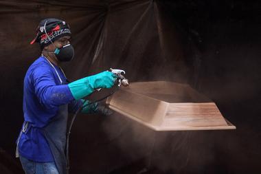 Un empleado trabaja en la fabricación de ataúdes en la fábrica de urnas funerarias Bignotto, en Cordeiropolis, estado de Sao Paulo, Brasil, el 19 de mayo de 2020