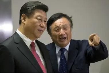 El presidente chino Xi Jinping (izq.) en las oficinas de Huawei, en Londres, junto con el CEO de la empresa Ren Zhengfei, en 2015