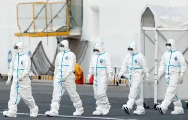 Los trabajadores sanitarios se preparan para transferir a los pasajeros del Diamond Princess que dieron positivo por el nuevo coronavirus