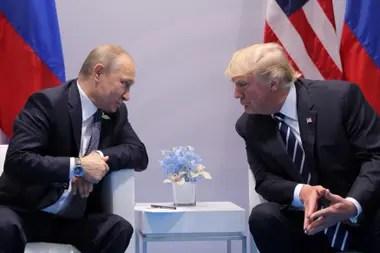 El presidente de Rusia, Vladimir Putin, habla con el presidente de los Estados Unidos, Donald Trump, durante su reunión bilateral en la cumbre del G20 en Hamburgo, Alemania, el 7 de julio de 2017