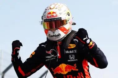 El festejo de Max Verstappen, tras conseguir el triunfo en el Gran Premio 70 aniversario; el neerlandés suma nueve victorias en la Fórmula 1 y le regaló el éxito 63 a la escudería Red Bull Racing