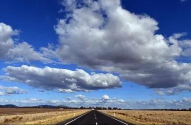 Desde la ruta se vislumbran enormes extensiones de campos afectados por la sequía