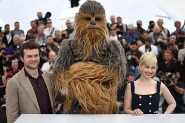 Alden Ehreinreich, Chewbacca y Emilia Clarke, en el photocall de Cannes