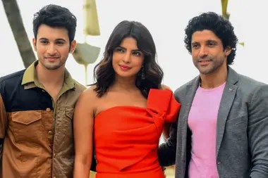 Priyanka Chopra Jones next to two actors of the film, Rohit Suresh Saraf and Farhan Akhtar