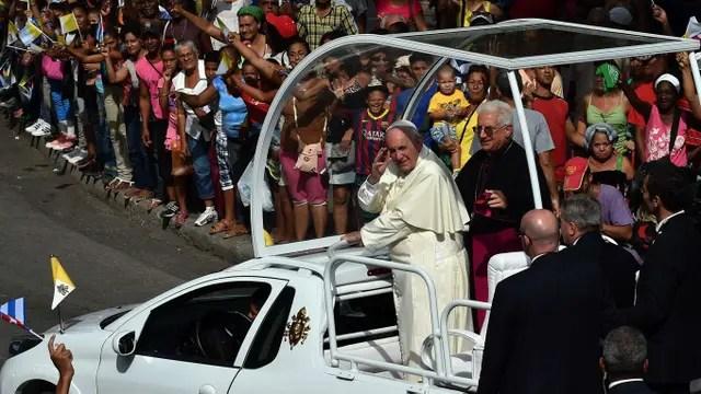 El papa Francisco, camino a la Catedral de Asunción