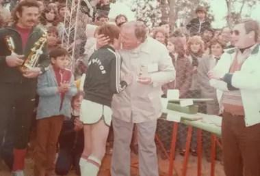 Del archivo familiar: con su papá, como jugador de Newberton de Cruz Alta, su pueblo