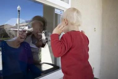 Un bebé saluda a sus abuelos que se encuentran en aislamiento por el coronavirus