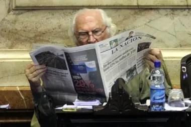 Pino Solanas lee LA NACION durante el debate en Diputados sobre el traspaso del subte al gobierno de la ciudad de Buenos Aires, en 2012