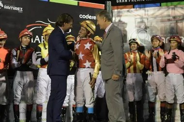 El saludo de Luis Lacalle Pou, el presidente electo uruguayo; su padre, Luis Alberto Lacalle, cuando era presidente le entregó la copa en un clásico que ganó por 52 1/2 cps. en Maroñas, en 1990