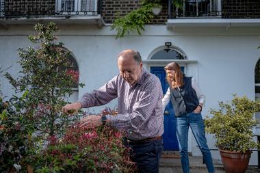 El Dr. Peter Piot y la Dra. Heidi Larson en su jardín delantero en Londres el 7 de mayo de 2020