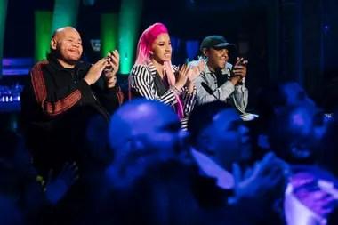 Cardi B escoltada por las leyendas del rap Fat Joe y Jadakiss