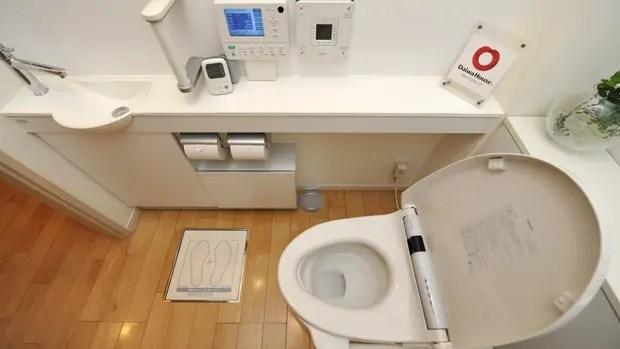 Un inodoro de la firma Toto; no sólo ofrece una computadora para controlar sus funciones; también tiene un pequeño laboratorio que analizar heces y orina