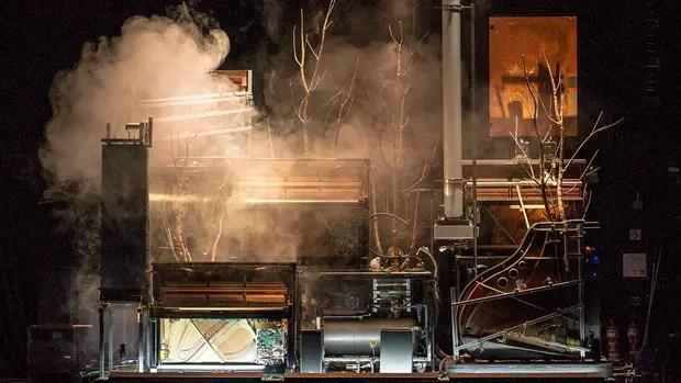 La máquina se ubica detrás del escenario principal