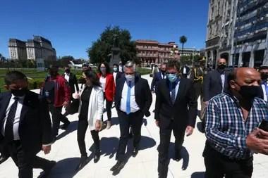 El presidente Alberto Fernández, camina hacia el CCK acompañado por Sergio Massa y Vilma Ibarra