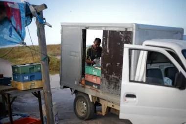 Hahn fue el primero en llegar hasta el puerto. Bajó todo de su pequeño camión y comenzó a preparar los pedidos